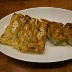 46504718 - 2種に見えるけど、咲々餃子の5種焼き!チーズあり、辛いのあり、盛り沢山!