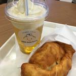 キリン スマイル ファクトリー - 小岩井ソフトフロート午後レモンと揚げピザソーセージチーズのセット¥660