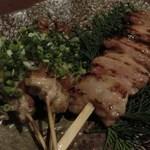 炙り炉端 山尾 - せせりの辛みそ串焼き:680円、でか串/味噌漬けバラ:580円