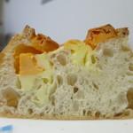 ジャックと豆の木 - チーズのパン断面アップ