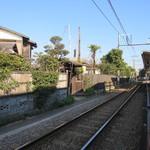 無心庵 - 左がお店で右が江ノ電和田塚駅