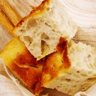 オーナーこだわりの酵母にて手作りパンを召し上がれ。