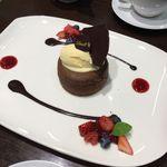 リンツ ショコラ カフェ - 皿盛りデザートのフォンダン・オ・ショコラ フランボワーズ
