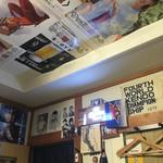 中華飯店 秀円 - 個室の壁にはポスター類がたくさん