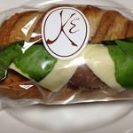 メゾン・カイザー・ショップ - ペッパーポークのクルミパンサンド(500円)