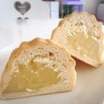 メロンパン - メロンパンのなかみはもっちりしたカスタードクリーム