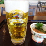 まねき亭 - 生ビール(580円)とイカの塩辛(280円)