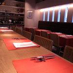トラットリア フィオーレ - カウンター:5席、テーブル:10席です