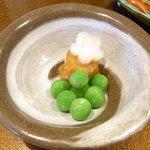 araki 8823 - ¥10000お任せコース つきだし エンドウ豆・カラスミ?