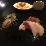 46533627 - アミューズブーシュ うにと卵 牡蠣 鶏とキノコ                       牡蠣と下に敷いてあるアルファルファのマリアージュが良かった