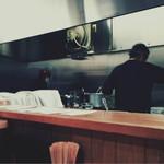 豆でっぽう - カウンター越しの厨房