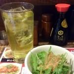 月とん - 緑茶とランチのサラダ。