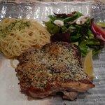 カッチャトーレ - 岩手鶏のパン粉付け焼き、サラダとパスタプレート