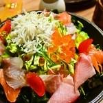 素人居酒屋 一 - 海鮮サラダ