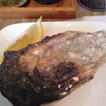 パタタ食堂 - 蓋が熱々の焼き牡蠣。大きなレモンも嬉しい!