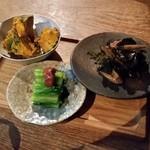 46555071 - お酒には最高な「前菜盛合せ 季節のお料理三種盛り (800円)」