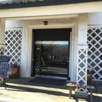 46556272 - 記念館入口。奥にカフェがあります