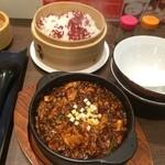 46557974 - 【2015年12月】麻婆豆腐@880円の提供時、紅麹飯も付いてます。