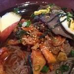 46563924 - スープを少し頂いてみると~ほほ~魚介系の軽いお出汁にキムチから出た少しの酸味&辛味がいい感じに清涼感!