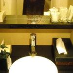 JIYUGAOKA  SIMPLE DISH - 女性用化粧室には、ちょっとだけアメニティーを用意しました。椅子も有ります!