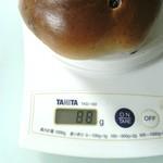 46570906 - ブルーベリーベーグル計量。