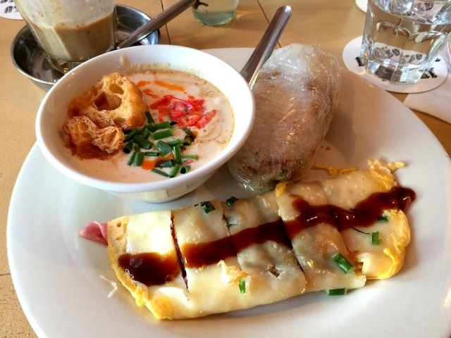 World breakfast allday aoyama icchome gaien mae fusion for Aura world fusion cuisine
