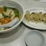 中国料理 朋友 - 中華丼と餃子です。