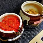 博多麺番長 - 卓上に常備された「ジャンナムル」&「梅紅生姜ゴマ和え」(2016年1月)