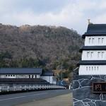 真菜焼 - 橋から見る竹田城~ すげ~石垣・・