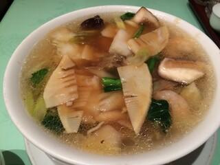 新世界菜館 - 海老そば 1,000円。すっきりとしたスープと丁寧に下処理された海老が印象的な一品です。