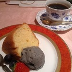 おうちカフェ 樹林 - 豆乳シフォンケーキと黒ごまのアイス+珈琲 900円