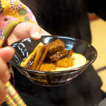 Kinnabe - 牛鍋は、うら若き仲居さんが盛り付けてくれます。自分で動く必要なし!
