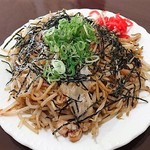 瓢華 - 焼きそば700円麺が太いのが特徴でモヤシが絡む絡む