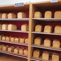 レアリッチ - 店舗内の棚には焼きたてパンがずらり並んでいます。