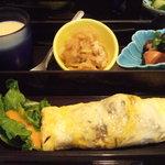 小粋 - ランチ800円。これに天ぷらとごはん、味噌汁、コーヒーがつきます。