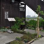 山椒の木 - 店正面の植え込み、手入れが行き届き美しい