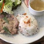 SEIA cafe&bar  - お肉のプレート!!今日はポーク♪アンチョビクリームソースはポークだけでなくチキンにも合いそう♡