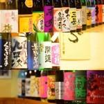 鮪専門店 MEGRO - 店内に並んだ日本酒、焼酎の数々。