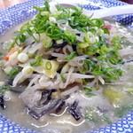 西谷家 - チャンポン ¥700。スープはラーメンと同じで油膜ができていますし、麺は生麺でコシがあってツルツルした食感です。一般的なちゃんぽんとは印象が異なります。