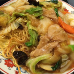 楽膳 - 昼、五目焼きそば800円なり。あんかけタイプ。具もたっぷり。麺もカリッと。