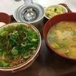 すき家 - ねぎ玉牛丼 ミニ(¥410)・とん汁おしんこセット(¥230)