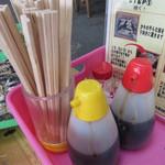 唐泊恵比須かき小屋 - 卓上には、醤油とポン酢と塩があります(無料)。 レモンやバターも販売されております。