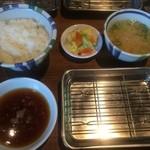 46617423 - 先ず、ご飯、味噌汁、天つゆ、漬物がセッティングされ…
