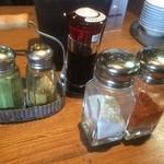 天ぷらの山 - 卓上の、塩、唐辛子、抹茶塩、カレー塩、醤油