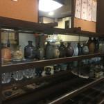 ニュー信州 - 大将の趣味である器やグラスの数々。