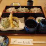 手打そば 美乃庵 - 料理写真:芥子、紫蘇、せいろ。天ぷらは茶塩付き