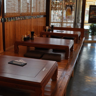 広いテーブル席とお座敷もある店