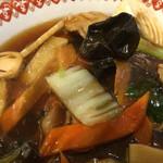 紅虎餃子房 - 五目麺の具材。