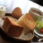 カフェ ヴィオロン - ドリンクについてくるモーニング。分厚いトーストには塩味のきいたバターたっぷり