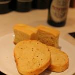 横浜馬車道 旬の肉料理イタリアン オステリア・アウストロ - 自家製のパン2種。 ふぇんえる入りのフォカッチャと、エゴマパン